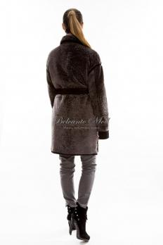 Короткое пальто из астрагана под пояс